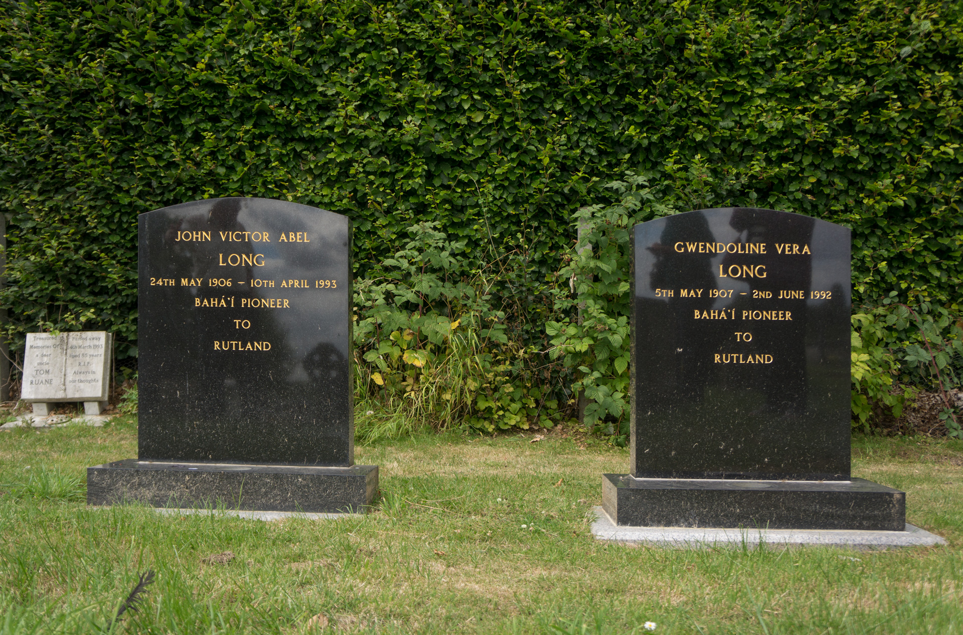 Image of the graves of John and Vera Long